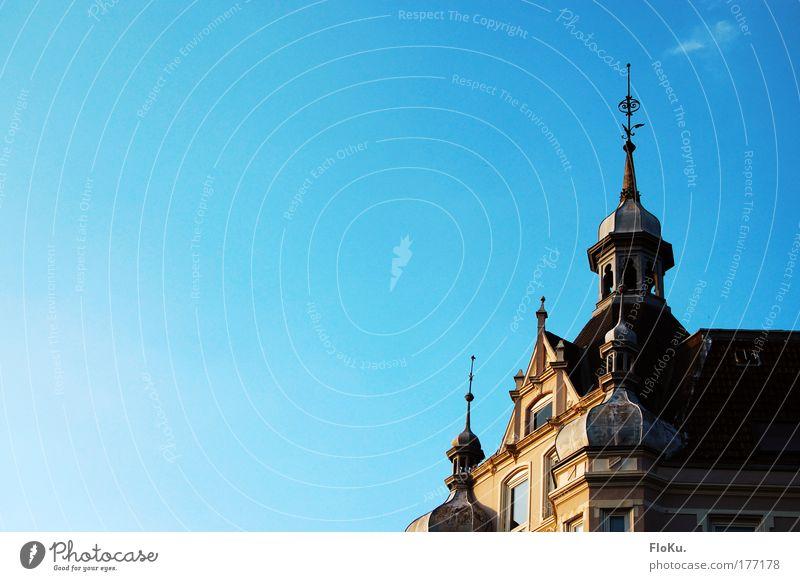 Kiel ist Spitz(e) Farbfoto Außenaufnahme Menschenleer Textfreiraum links Textfreiraum oben Tag Schatten Sonnenlicht Blick nach oben Wohnung Haus Gebäude