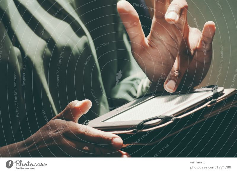 tablet Frau Jugendliche Junge Frau Hand Erwachsene feminin Business Arbeit & Erwerbstätigkeit Kommunizieren Technik & Technologie Telekommunikation lernen