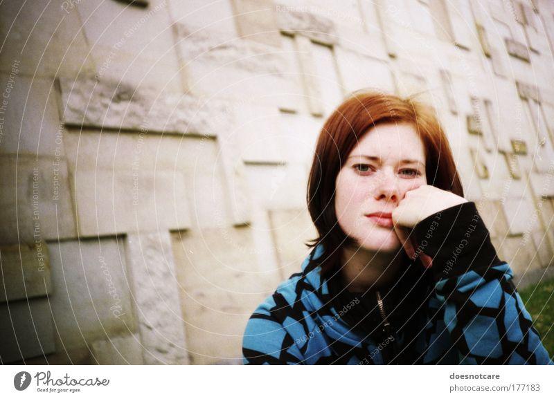 Dir ist langweilig? Mensch feminin Junge Frau Jugendliche Erwachsene 1 18-30 Jahre warten Lomografie Langeweile Ungeduld Zweifel Blick blau Vignettierung