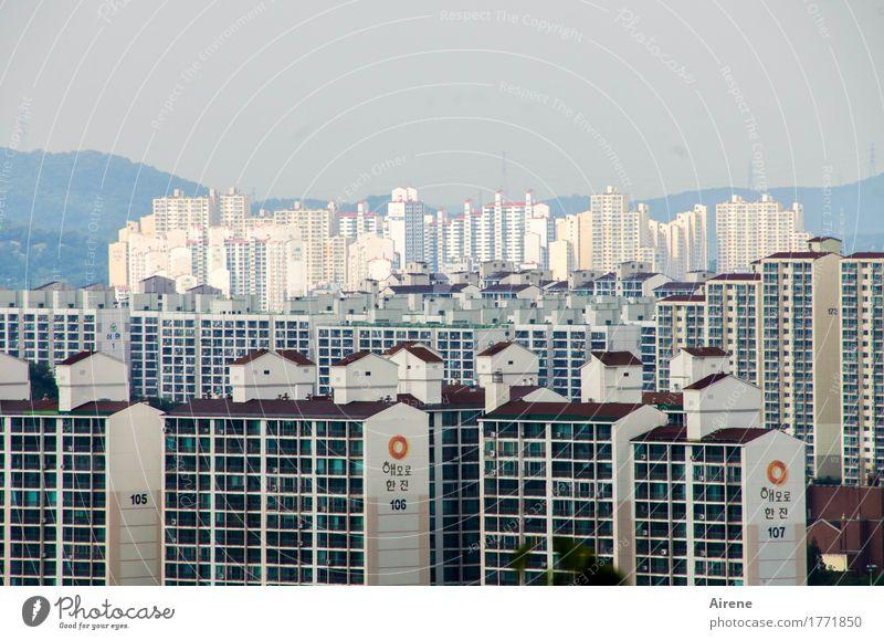 schöne Aussicht Stadt blau weiß Haus schwarz Fassade Horizont Häusliches Leben Ordnung Glas Schriftzeichen Hochhaus hoch Beton bedrohlich Zeichen