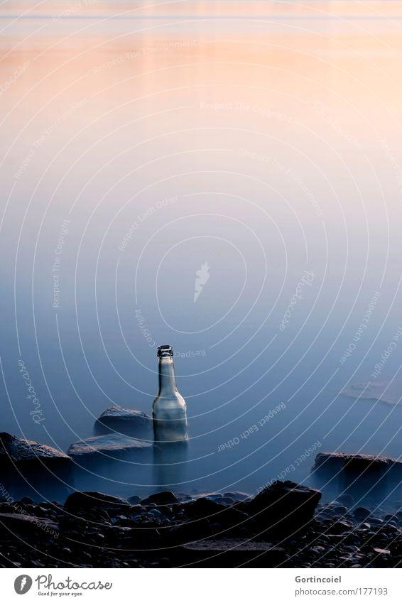 Sommer an der Bucht Farbfoto Außenaufnahme Menschenleer Textfreiraum oben Abend Dämmerung Langzeitbelichtung Bewegungsunschärfe Getränk Alkohol Flasche