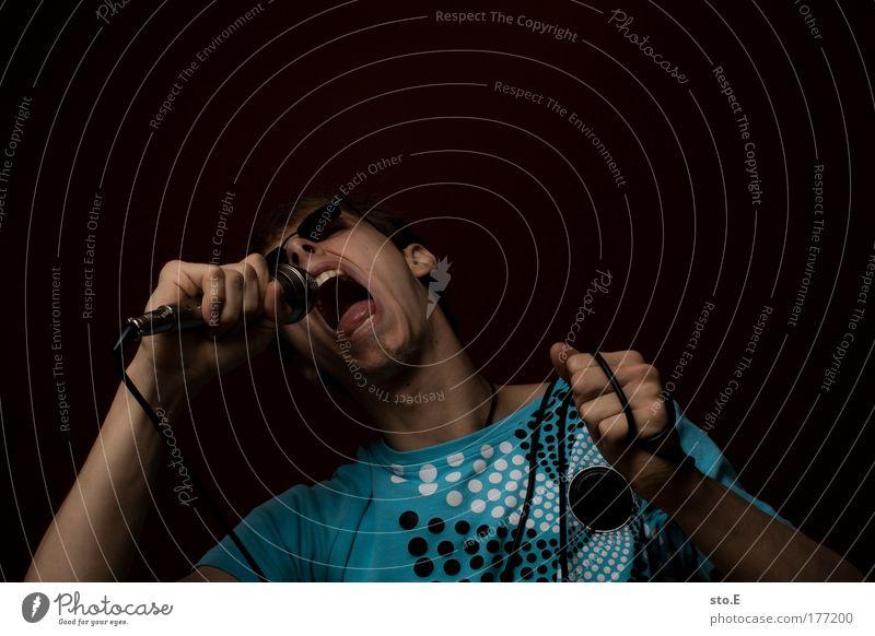 könig der löwen Farbfoto Innenaufnahme Studioaufnahme Textfreiraum oben Kunstlicht Blitzlichtaufnahme Schatten Kontrast Low Key Porträt Oberkörper