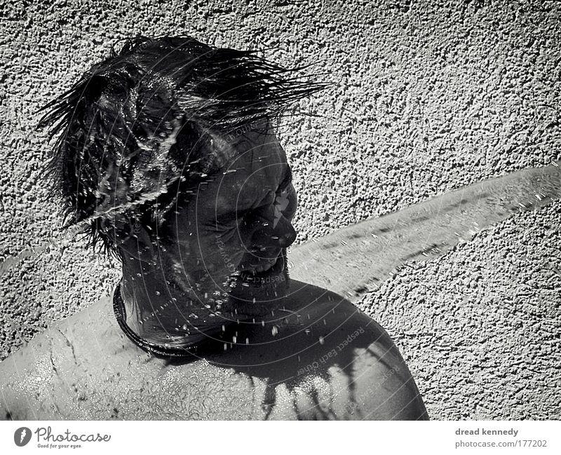 Kaltes Klares Wasser Schwarzweißfoto Außenaufnahme Textfreiraum rechts Tag Schatten Kontrast Zentralperspektive Vorderansicht Halbprofil Wegsehen