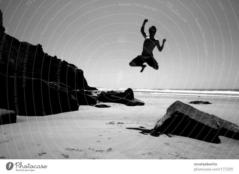 Hochsprung: Bronze Schwarzweißfoto Außenaufnahme Textfreiraum oben Textfreiraum unten Schatten Kontrast Silhouette Sonnenlicht Sonnenstrahlen Ganzkörperaufnahme