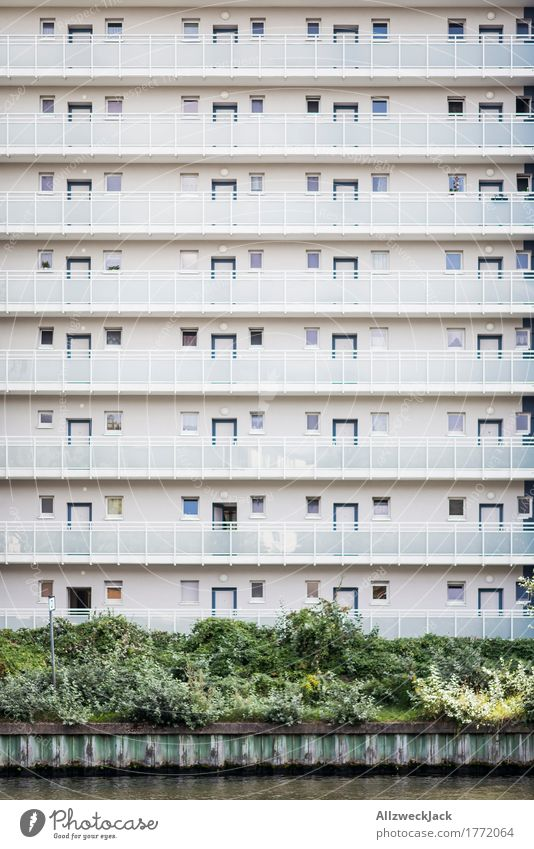 Schließfachbewohner Berlin Hauptstadt Stadtzentrum Haus Hochhaus Gebäude Architektur Wohnhochhaus Fassade Balkon Terrasse ästhetisch einfach hell Sauberkeit