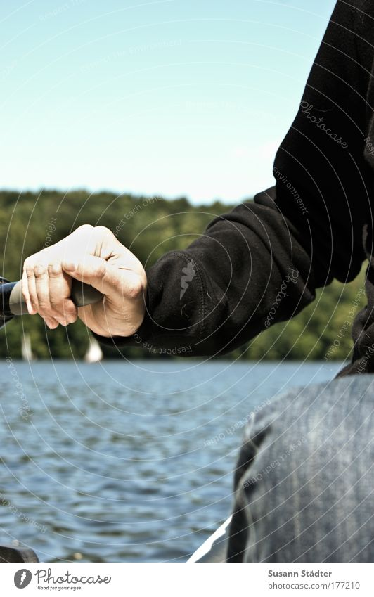 Wenn ich groß bin, werd´ ich Kapitän Mensch Wasser Baum Meer Erwachsene Küste Arme Haut maskulin frisch Finger Wassertropfen Jeanshose 18-30 Jahre Schönes Wetter Flussufer