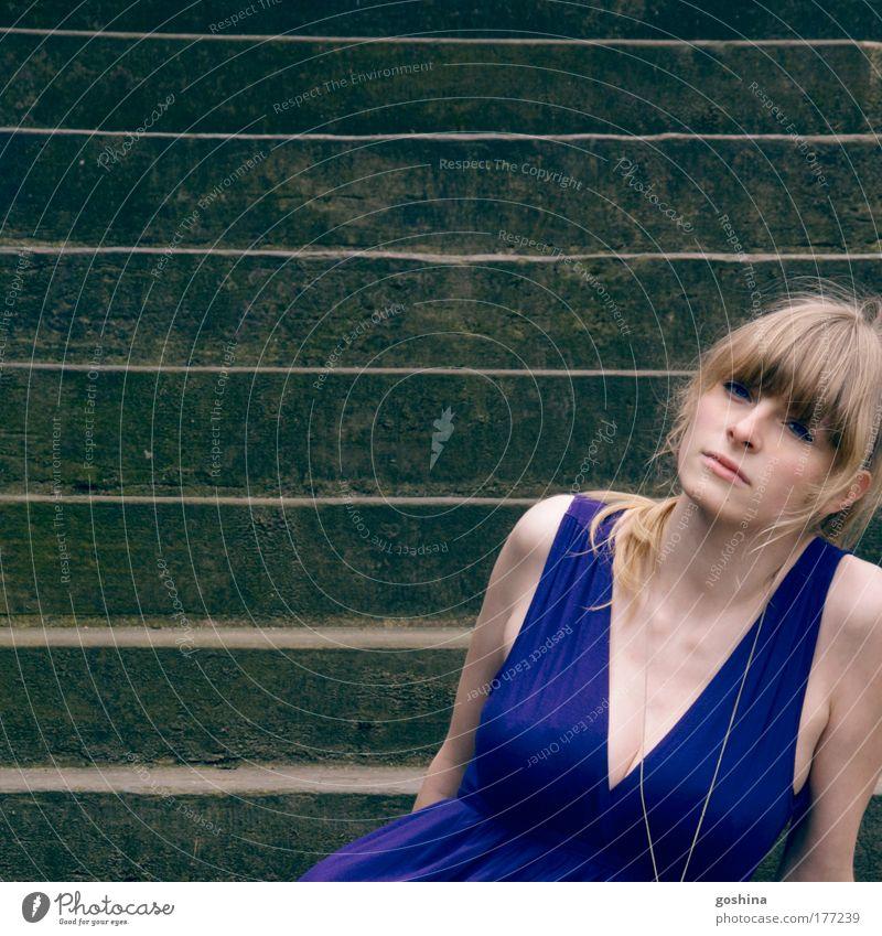 stufig. Frau Mensch Jugendliche schön Gesicht Erwachsene feminin Traurigkeit Denken träumen Stimmung blond natürlich Ausflug Treppe authentisch