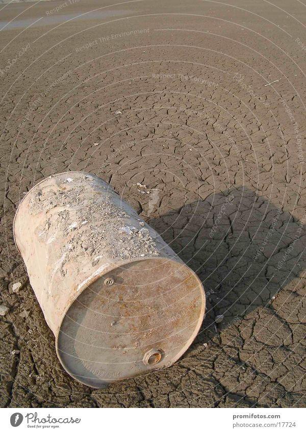 Altes Fass Natur See Wüste Rost Umweltverschmutzung Müll entsorgen ungesetzlich Boden getrocknet Menschenleer liegen Schatten ohne Desaster Symbole & Metaphern