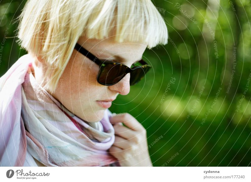 Im Vorbeigehen Farbfoto Außenaufnahme Nahaufnahme Detailaufnahme Textfreiraum rechts Tag Licht Schatten Kontrast Sonnenlicht Starke Tiefenschärfe