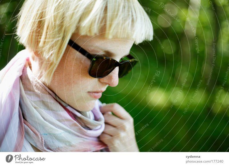 Im Vorbeigehen Mensch Frau Natur Jugendliche schön Einsamkeit ruhig Erwachsene Gesicht Umwelt Leben Gefühle Bewegung Freiheit Stil Traurigkeit
