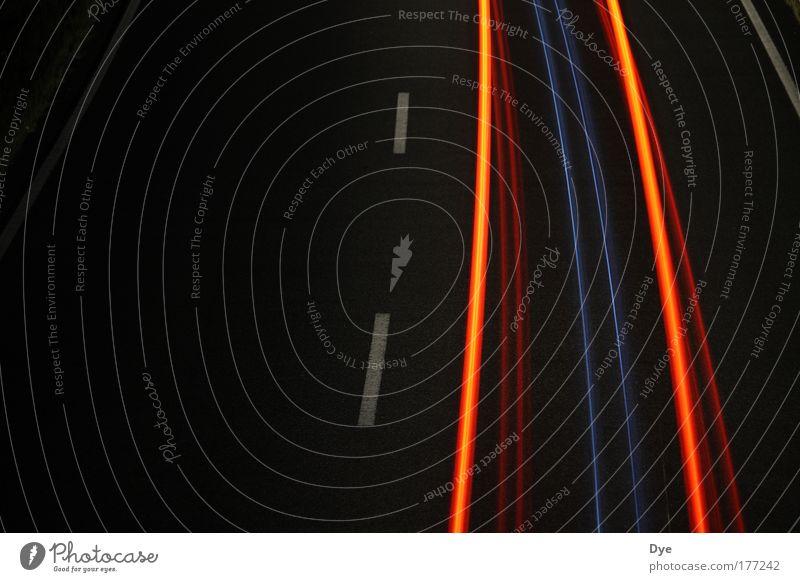 Mit Lichtgeschwindigkeit Farbfoto Außenaufnahme Textfreiraum links Nacht Langzeitbelichtung Bewegungsunschärfe Vogelperspektive Blick nach unten Verkehr