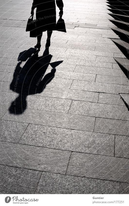Alt & Grau & Neu Frau weiß Stadt schwarz Erwachsene Gefühle Senior Stimmung laufen Treppe trist Bürgersteig Tasche 60 und älter Mensch Weiblicher Senior