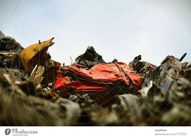 totalschaden Farbfoto Gedeckte Farben Textfreiraum oben Unschärfe Metall Stahl Rost Erdöl Umwelt Umweltverschmutzung Umweltschutz abfall schrott schrottplatz