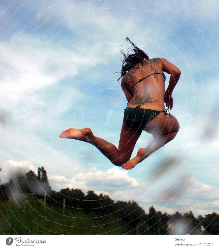 Arsch.Bomben.Schraube feminin Rücken 1 Mensch 18-30 Jahre Jugendliche Erwachsene Natur Wassertropfen Himmel Schönes Wetter Bikini Tattoo langhaarig fliegen