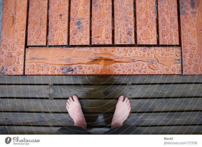 Tischfuß Wasser oben Holz Regen Fuß nass Wassertropfen feucht Holzbrett Holzfußboden Barfuß Zehen Bildausschnitt Anschnitt Tischplatte