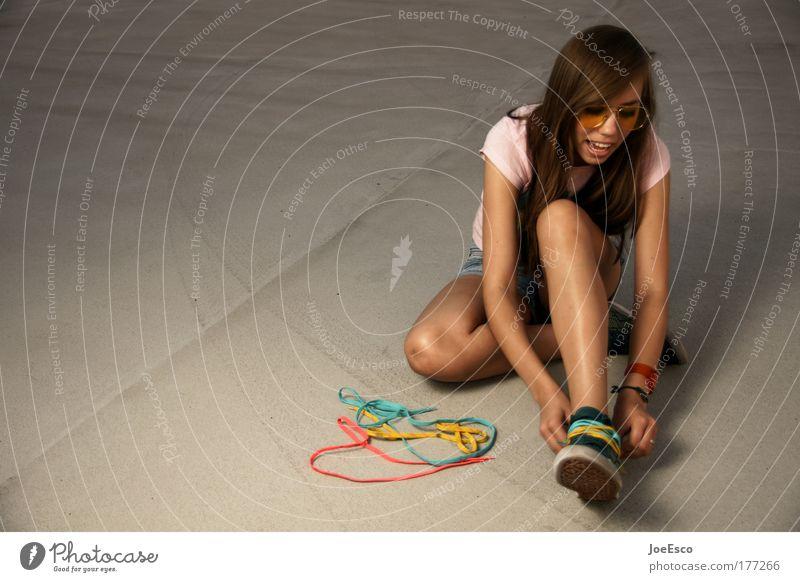 halbzeitpause Ganzkörperaufnahme Lifestyle Stil Freude harmonisch Spielen Kindergarten feminin Junge Frau Jugendliche 1 Mensch Mode Bekleidung Accessoire Schuhe