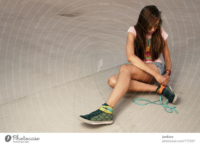 halbzeitpause 2.0 Mensch Jugendliche feminin Sport Stil Mode Schuhe sitzen natürlich Lifestyle Bekleidung einzigartig Frau dünn Ganzkörperaufnahme