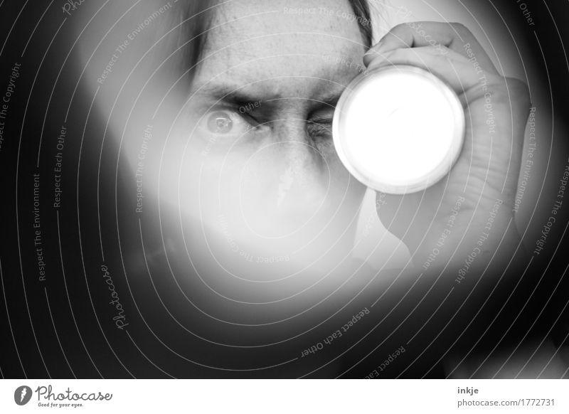 Argwohn Erwachsene Leben Gesicht Auge Hand 1 Mensch Taschenlampe Spitzel Unschärfe beobachten entdecken bedrohlich Neugier Unglaube Nervosität verstört