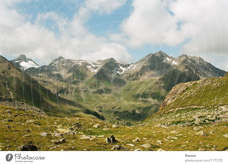 Unter den Wolken Farbfoto Außenaufnahme Menschenleer Tag Sonnenlicht Starke Tiefenschärfe Natur Landschaft Erde Luft Himmel Sommer Hügel Berge u. Gebirge Gipfel