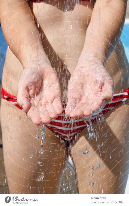 Abkühlung Mensch Frau Ferien & Urlaub & Reisen Sonne Hand Erwachsene Leben feminin Schwimmen & Baden Freizeit & Hobby Körper Haut Wassertropfen Finger nass