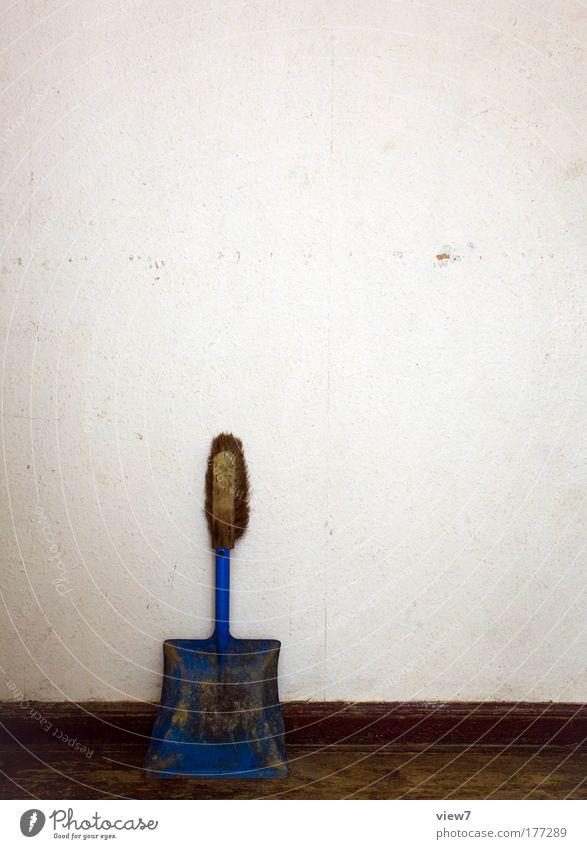 Gebäudereinigung alt blau Wand Holz Stein Mauer Metall dreckig Beginn Fassade Ordnung trist einfach Sauberkeit Vergänglichkeit Streifen