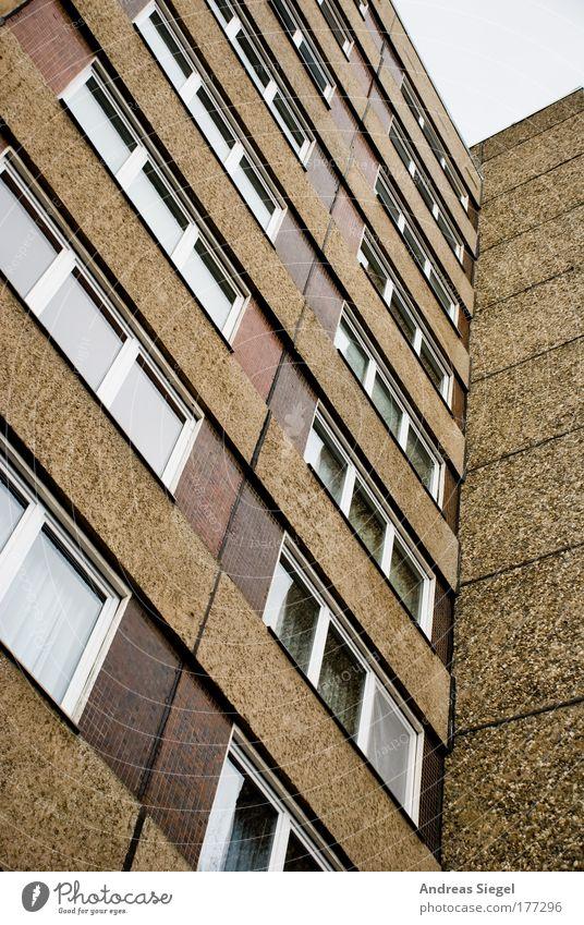 Einheitswohnen alt Stadt Haus Wand Fenster Stein Mauer Gebäude braun Architektur groß Beton Hochhaus hoch Fassade