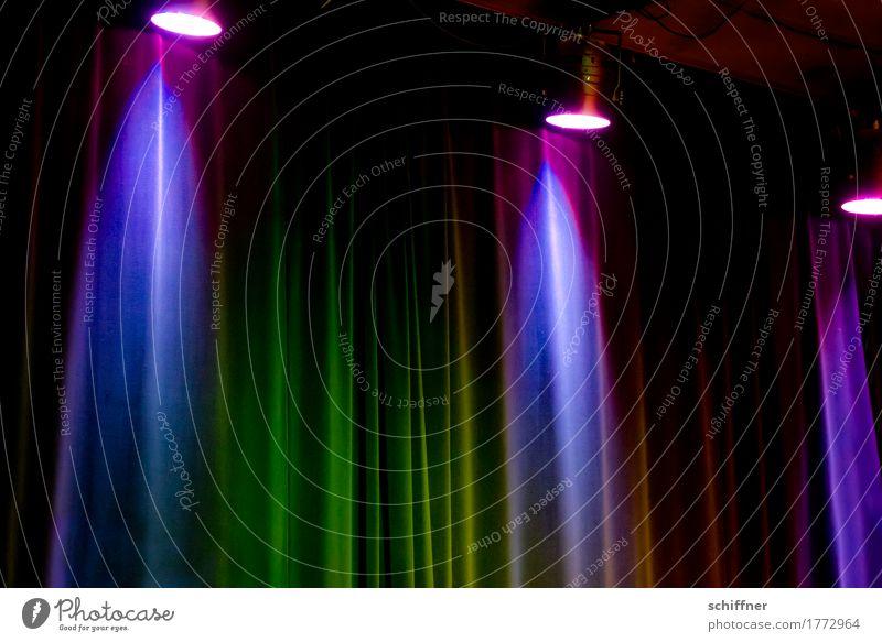 Klangfarbe | Purpur Regen Kunst Bühne Veranstaltung Musik Konzert dunkel violett Vorhang Brokat Show Scheinwerfer Autoscheinwerfer Licht Lichtschein Lichtstrahl