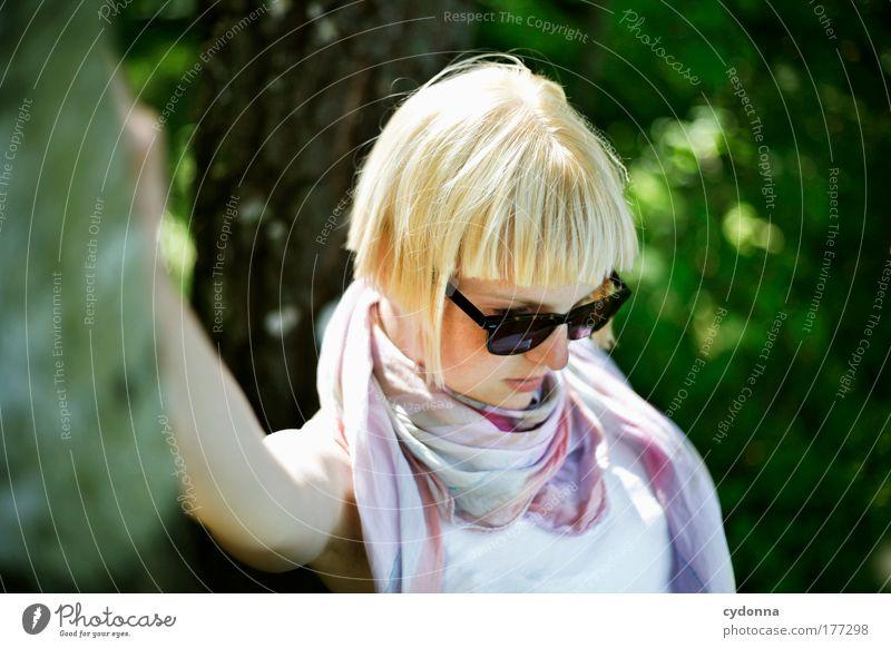 Nachdenklich Mensch Frau Natur Jugendliche schön Einsamkeit ruhig Erwachsene Umwelt Leben Gefühle Freiheit Stil Traurigkeit Mode träumen