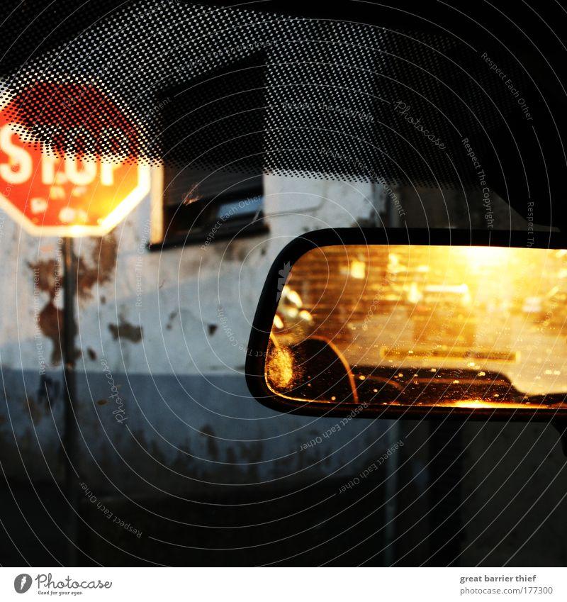 abendfahrt mit bloc party Musik Fenster PKW nass Fassade fahren Spiegel Dorf Gewitter Schönes Wetter Fahrzeug Verkehrsschild Verkehrszeichen KFZ Stoppschild