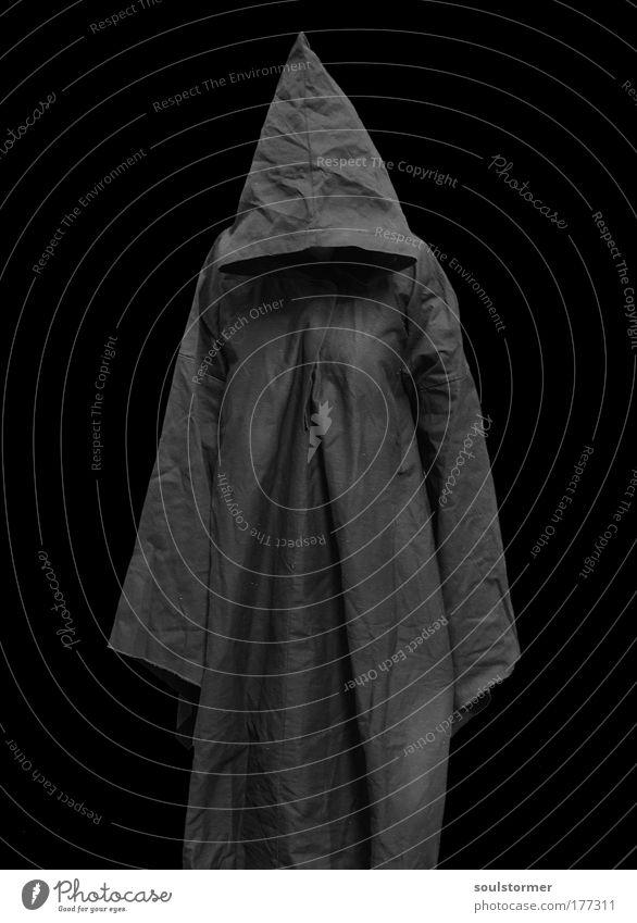 Sensemann ohne Sense Schwarzweißfoto Hintergrund neutral Silhouette Low Key Totale Ganzkörperaufnahme Vorderansicht Wegsehen Mönch Mönchskutte maskulin Leben