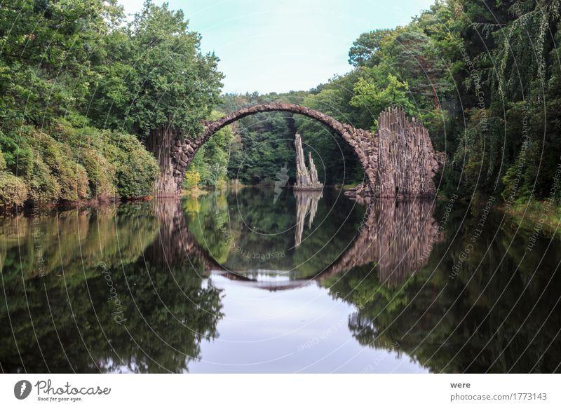 Die Teufelsbrücke Wasser Park Teich See Brücke außergewöhnlich eckig Bad Muskau Basalt Basaltbrücke Basaltstein Bogen Geografie Gewässer Kromlau Rakotzbrücke