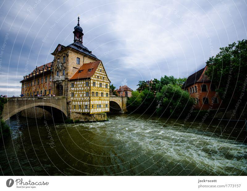 Rathaus von Bamberg Sightseeing Städtereise Weltkulturerbe Barock Wasser Himmel Wolken schlechtes Wetter Fluss Regnitz Stadtzentrum Brücke Fachwerkhaus Fassade