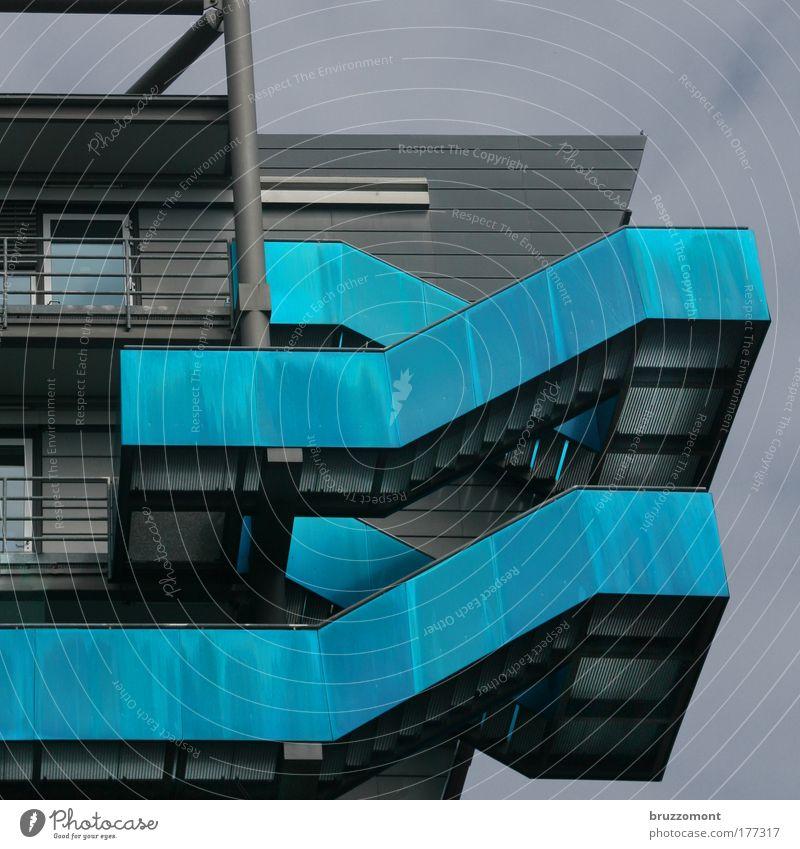 Kleine Fluchten Farbfoto Außenaufnahme Tag elegant Design Haus Düsseldorf Gebäude Architektur Treppe Balkon modern blau schwarz einzigartig innovativ