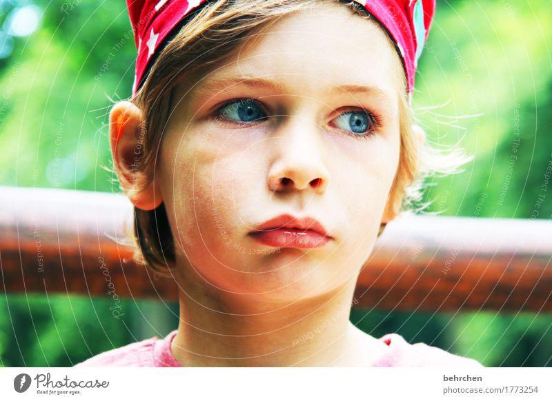 nachdenklich Kind Junge Familie & Verwandtschaft Kindheit Körper Haut Kopf Haare & Frisuren Gesicht Auge Ohr Nase Mund Lippen 3-8 Jahre blond langhaarig Denken