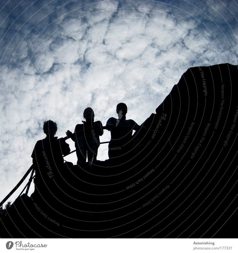 auf halber Strecke... Mensch Himmel Natur Jugendliche blau weiß Sonne Sommer Wolken schwarz Erwachsene dunkel Garten hell Freundschaft Horizont