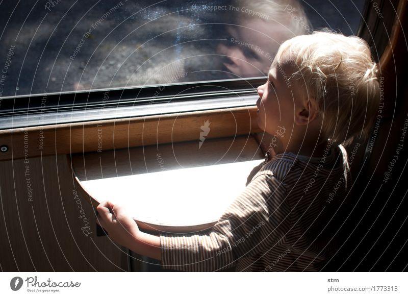 neugier Ferien & Urlaub & Reisen Kind Kleinkind Junge Kindheit Leben 1 Mensch 1-3 Jahre Bahnfahren Eisenbahn Personenzug Zugabteil T-Shirt blond beobachten