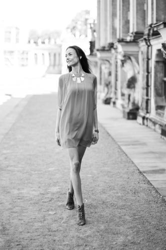 LadyInRed_1773323 Mensch Frau Jugendliche schön Junge Frau Sonne ruhig 18-30 Jahre Erwachsene Bewegung Lifestyle feminin Stil lachen Mode elegant
