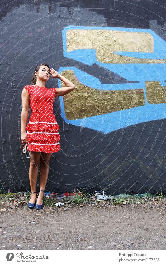 Girl meets Wall Mensch Jugendliche rot schwarz feminin Frau Erwachsene elegant gold ästhetisch Kleid dünn Politik & Staat nachhaltig