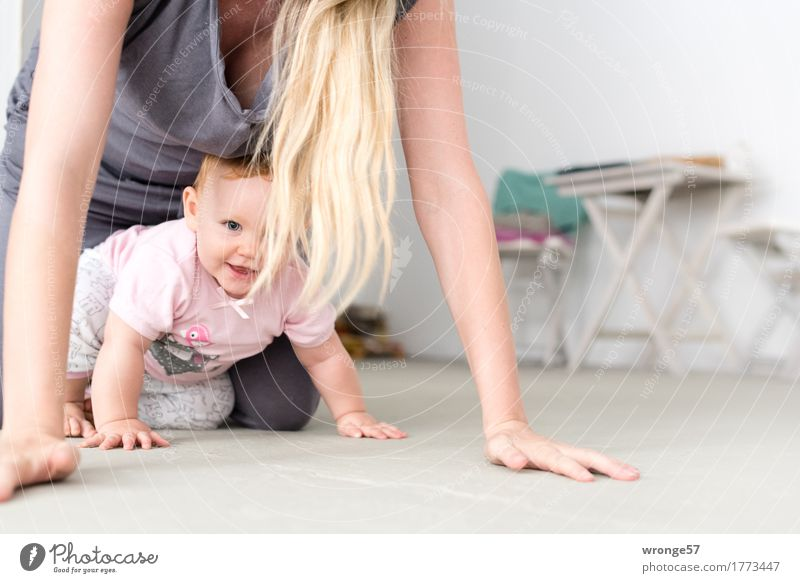 Entdeckungstour Mensch Kind weiß Freude Erwachsene feminin Glück grau Haare & Frisuren Zusammensein rosa blond Lächeln Baby Freundlichkeit Mutter