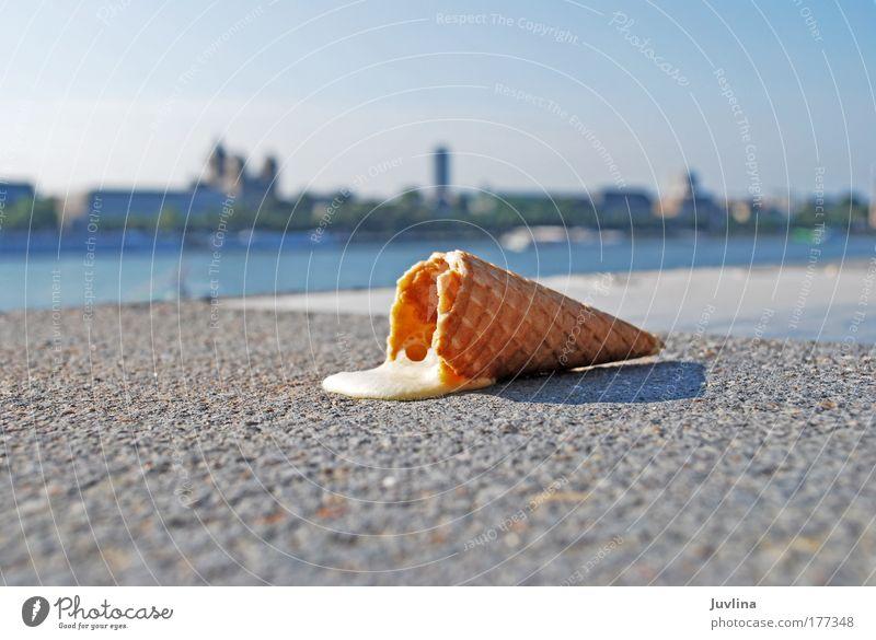 Der Sommer ist noch nicht vorbei... Stadt Sonne Ferne gelb Wärme Stein lustig glänzend Lebensmittel Beton Speiseeis Hafen nah Skyline Appetit & Hunger
