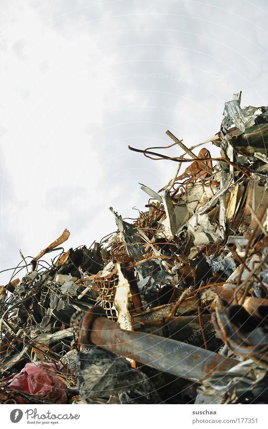 berge aus schrott I Metall dreckig Umwelt bedrohlich Teile u. Stücke Stahl Rost Zerstörung Umweltverschmutzung Zukunftsangst Schrottplatz wegwerfen