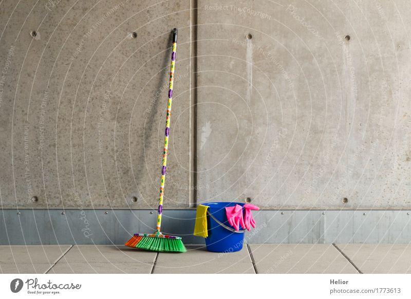 Bunte Reinigungsutensilien 9 blau weiß schwarz gelb Wand Mauer grau rosa Häusliches Leben dreckig trist Beton Sauberkeit Reinigen Kunststoff