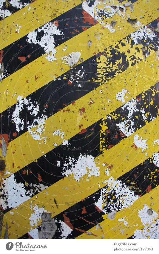 TRASH alt weiß schwarz gelb Wand Mauer Hintergrundbild Design Beton Industriefotografie Streifen verfallen Verfall trashig gebrochen Grafik u. Illustration
