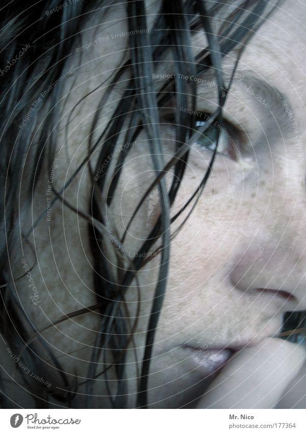 thinking Innenaufnahme Wellness Wohlgefühl Zufriedenheit Erholung feminin Haut Kopf Gesicht Auge Mund Lippen nass nachdenklich Sommersprossen gedankenlos trance