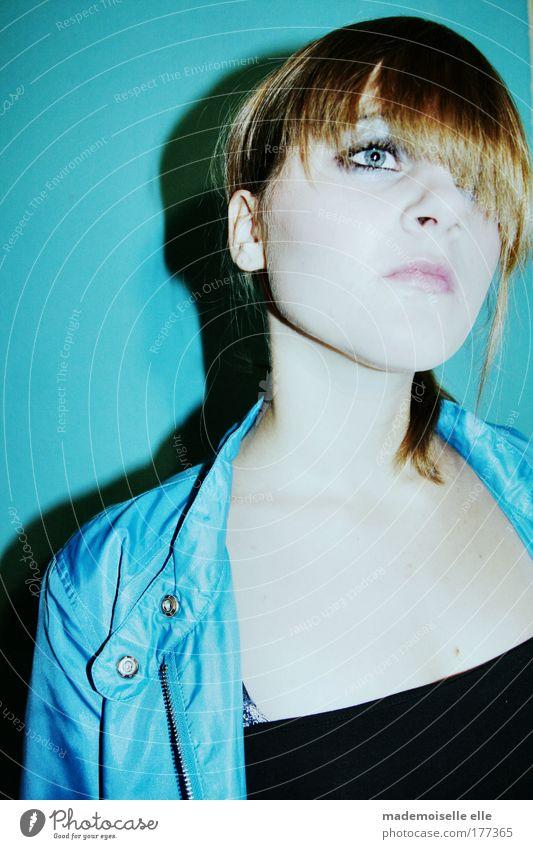 She's blue today Mensch Jugendliche schön blau Gesicht Auge feminin Stil Haare & Frisuren Kopf Traurigkeit Denken Mund warten Haut Frau