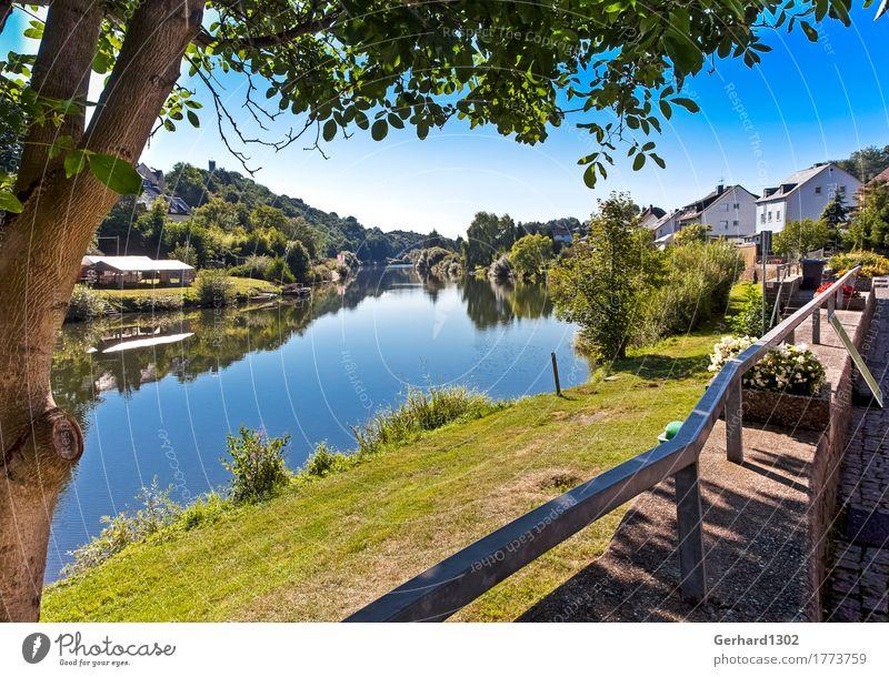 Die Lahn bei Runkel Natur Ferien & Urlaub & Reisen Erholung Berge u. Gebirge Tourismus wandern Fahrradfahren Fluss Fahrradtour Dorf Ruderboot Bootsfahrt