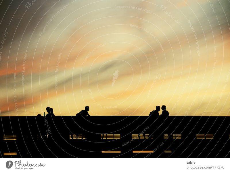 Sommerabend Mensch Himmel rot schwarz gelb Straße dunkel sprechen Umwelt Gefühle Bewegung Luft gehen gold laufen