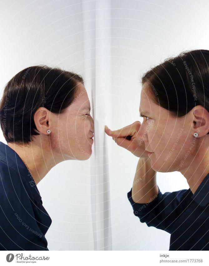 Die Selbstreflexion (und ihre unangenehme Schwester) Mensch feminin Frau Erwachsene Leben Gesicht Hand Finger 2 30-45 Jahre berühren Kommunizieren Blick