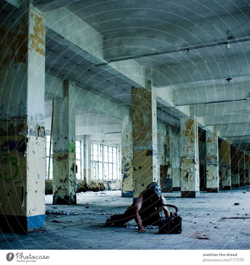 FUNKKONTAKT kalt dunkel Wand Mauer Fassade maskulin trist einzigartig Fabrik verfallen skurril Säule Ruine Soldat Aggression Schlauch