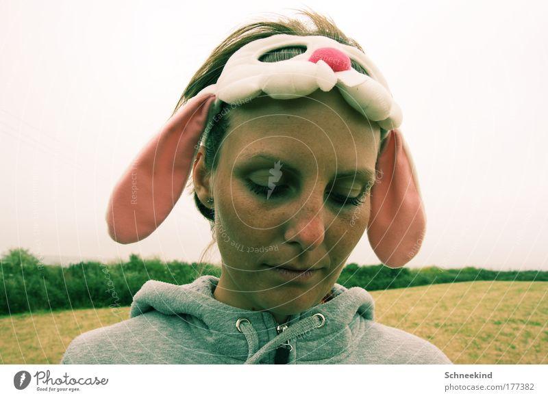 Trauriges Häschen Mensch Natur Jugendliche Gesicht ruhig Einsamkeit Wiese feminin träumen Kopf Traurigkeit Denken Feld Küste Erwachsene